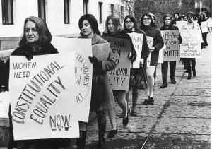 Betty Friedan é a primeira da fila