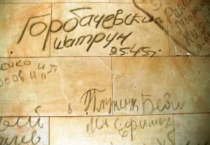 Inscrições feitas por soldados soviéticos, em 1945, em paredes do Reichstag
