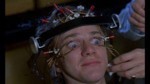 """Alex, protagonista do filme Laranja Mecânica (1971), sendo """"reeducado"""" pelo Estado. O uso totalitário da ciência e da tecnologia para controlar os indivíduos é um fenômeno da pós-modernidade"""