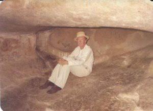 John Conradie em uma caverna com pinturas rupestres no Zimbábue, em 1992