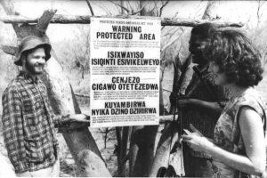 Joshua Nkomo, no campo de detenção de Gonakudzingwa, em novembro de 1964, recebe as visitas de Judith Todd, filha de Sir Garfield Todd, ex-primeiro-ministro da Rodésia do Sul, e do estudante Steve Lombard