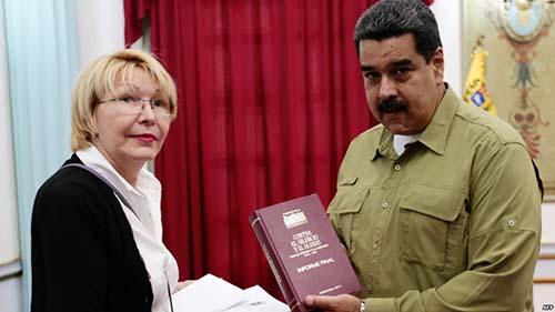 Luisa Ortega, procuradora-geral da Venezuela, com Maduro, no Palácio de Miraflores, em 1 de abril de 2017. Dias depois, ela denunciou as farsas judiciais conduzidas contra opositores, perdeu seu cargo e rumou ao exílio.