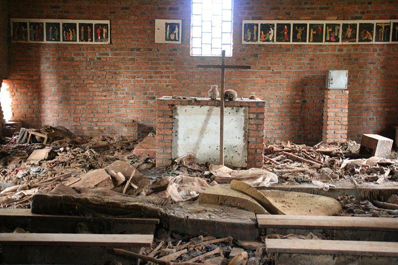 """Altar da igreja de Ntrama, hoje um memorial do genocídio. <em>""""De Kibuye, no oeste, a Kibungo, no leste, as pessoas se reuniam, aos milhares, em busca de refúgio nas igrejas, nos hospitais, nas escolas. E quando eles foram encontrados, os velhos e os doentes, mulheres e crianças, eles foram mortos - mortos porque sua carteira de identidade dizia que eram tutsis ou porque eles tinham um pai tutsi, ou porque alguém achava que eles pareciam um tutsi, ou mortos, como milhares de hutus, porque protegiam os tutsis ou não toleravam uma política que tentava eliminar as pessoas que, no dia anterior e durante anos antes, tinham sido seus amigos e vizinhos.Discurso de Bill Clinton em 25 de março de 1998"""