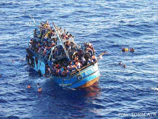 Tirando a bóia dos migrantes náufragos