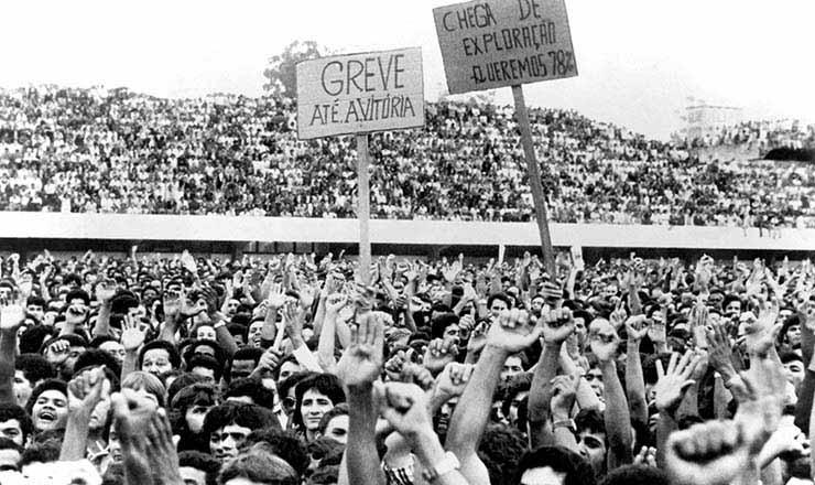 Assembleia dos metalúrgicos do ABC em greve, no estádio da Vila Euclides, em São Bernardo do Campo, em 1980