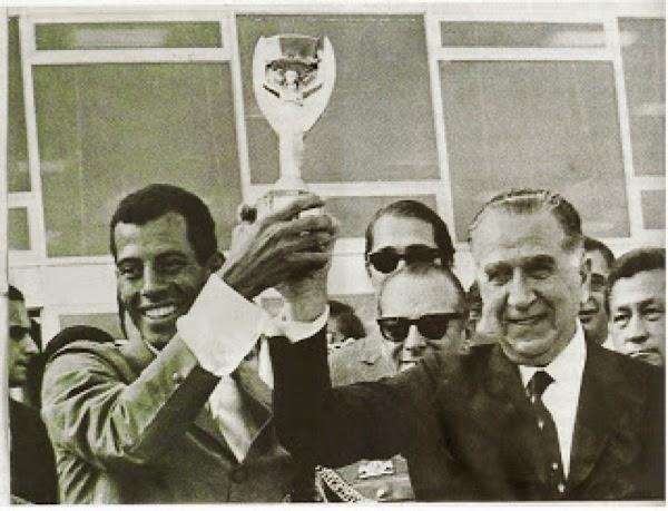 Emílio Médici ergue a Taça Jules Rimet, com Carlos Alberto, capitão da seleção brasileira tricampeã no México, em Brasília, em junho de 1970