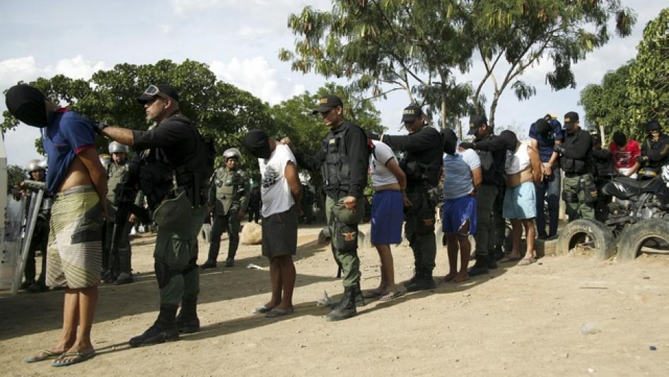 Venezuelanos presos em faixa de fronteira sob a acusação de participarem das forças paramilitares colombianas