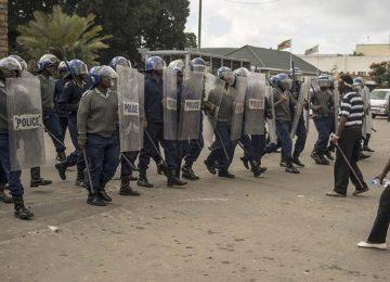 DITADURA DE MUGABE SOBREVIVE NA VIOLÊNCIA MILITAR