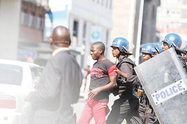 Repressão policial a protesto sindical, em Harare, outubro de 2018
