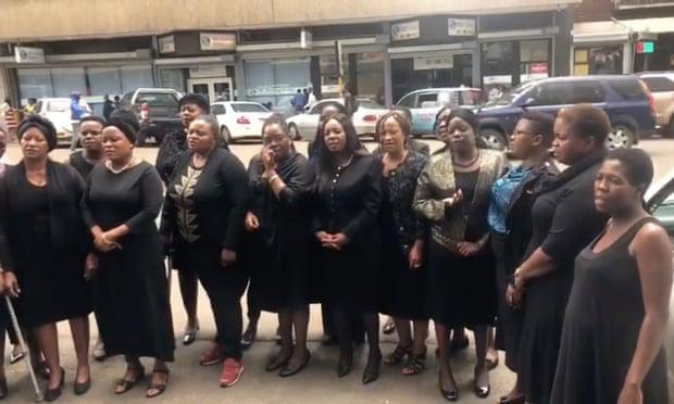 Zimbabuanas ativistas organizaram um protesto, a Black Wednesday (30/01/19), para denunciar dezenas de casos de violência sexual cometidas por militares no último janeiro, na onda de repressão às manifestações contra o custo de vida.