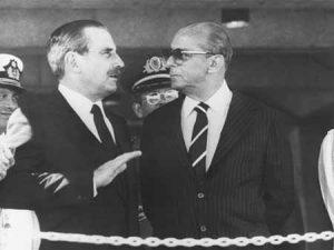 Gregório Álvarez, ditador entre 1981 e 1985, com o general-presidente brasileiro João Figueiredo, em Brasília, em 1984. Em 2009, Alvarez foi condenado a 25 anos de prisão por seu envolvimento na morte e desaparecimento de 37 uruguaios no contexto da Operação Condor.