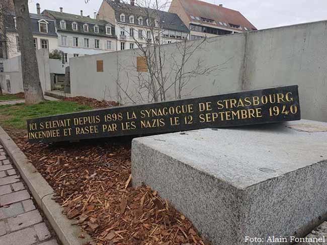 Suásticas amarelas mancham a França