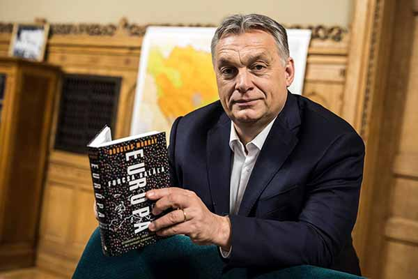 Viktor Orban com o livro <em>A estranha morte da Europa</em>, do jornalista britânico Douglas Murray. O livro alega que a Europa cristã agoniza, envenenada pela imigração muçulmana