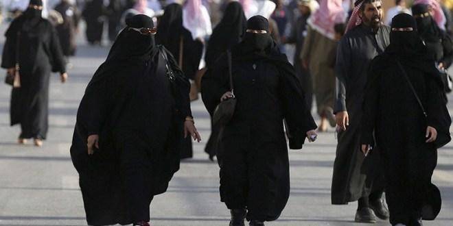 Riad, 15 de novembro de 2018. Mulheres sauditas vestem suas abayas pelo avesso, em protesto contra a lei que as obriga a usá-las em todos os lugares públicos