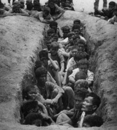 Numa cova coletiva, vítimas dos massacres de 1965 aguardam o fuzilamento. Na opinião de inúmeros especialistas, os crimes contra a humanidade cometidos por Suharto enquadram-se no conceito de genocídio