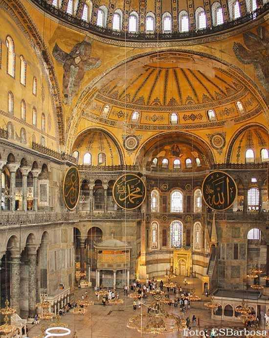 A Hagia Sofia, em Istambul. A antiga catedral bizantina foi transformada em mesquita em 1453 e, em 1935, em museu