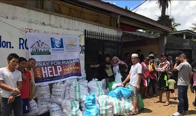 Distribuição de ajuda humanitária a deslocados internos por conflitos armados em Marawi, Mindanao, em 2017