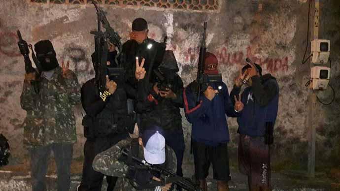 Foto postada nas redes sociais, em 2017, por integrantes de facção criminosa, em favela de Niterói (RJ)