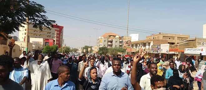 Manifestantes sudaneses nas ruas de Cartum. O Nilo dos Cadáveres.