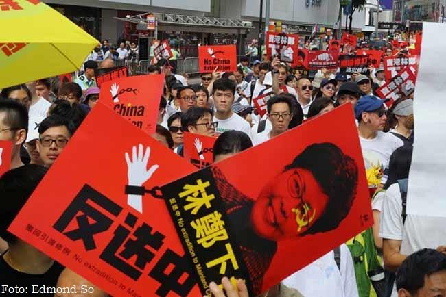 Cartazes pedem a renúncia de Carrie Lam