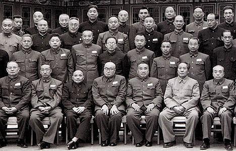 Parte do Comitê Central na década de 1950. Mao Tsé-tung sempre se destacava, mesmo que pela cor mais clara da vestimenta.