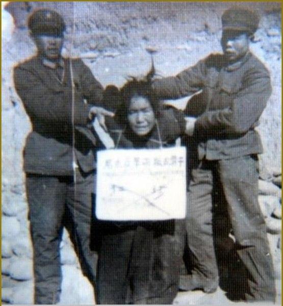 Guardas da China torturando mulher. Posição de avião.