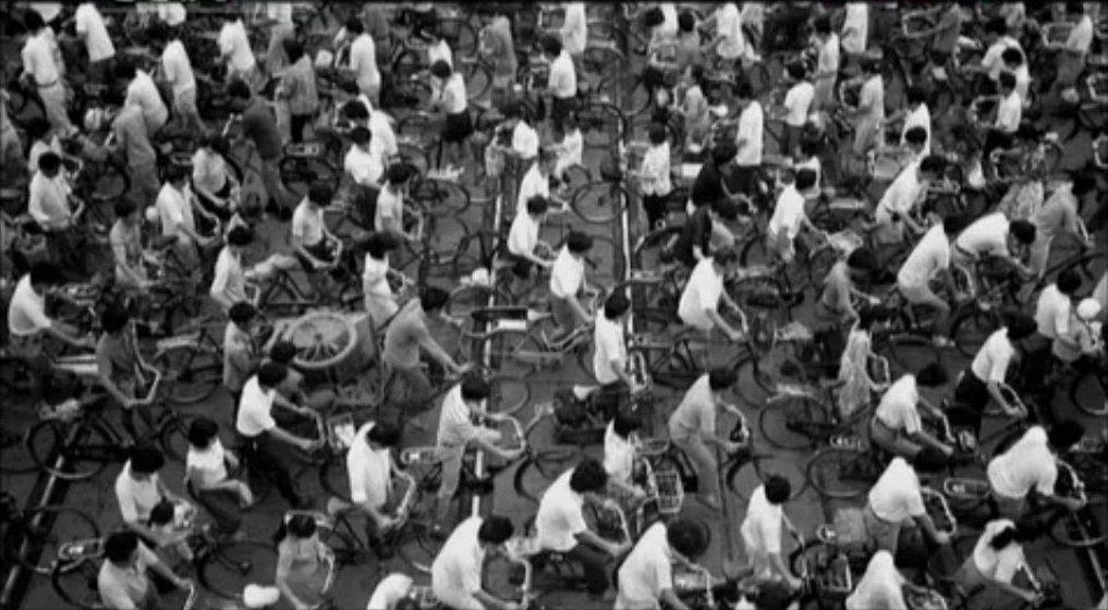 """imagem de milhares de chineses andando com o mesmo modelo de bicicleta e usando as mesmas roupas foi, durante décadas, a imagem de uma sociedade totalitária na qual não havia espaço possível para as individualidades, logo classificadas de """"direitismo"""" e """"feudal""""."""