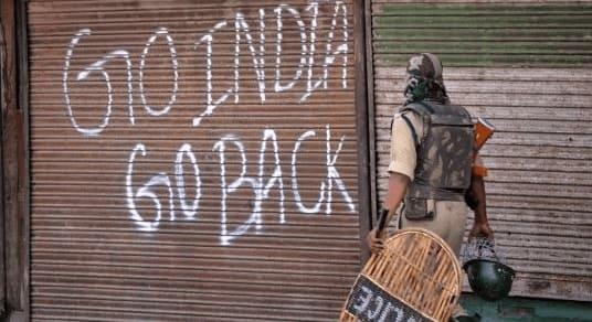 """Volte para a Índia"". Manifestação política na Caxemira"