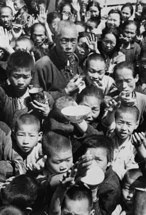 Em um país onde o abastecimento agrícola sempre foi um problema para os governantes, as reformas impostas pelo governo resultaram em desastre humanitário completo. Milhões morreram de fome, muitos por ingestão de terra e planta impróprias para consumo humano.