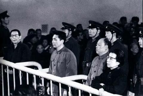 Cena do julgamento da Camarilha dos Quatro, em 1981, transformou-se em ato expiatório pelos males do passado encarnados naqueles personagens detestados. Condenados e presos, em 1991 Madame Mao cometeu suicídio.