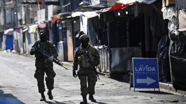 Policiais em favele em El Salvador