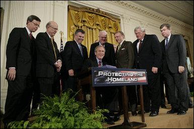 Bush assina o Patriotic Act