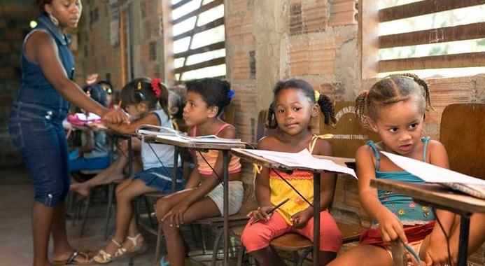 Escola de meninas na periferia