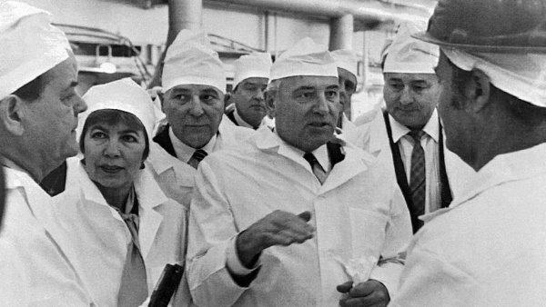 Gorbatchev visita Chernobyl